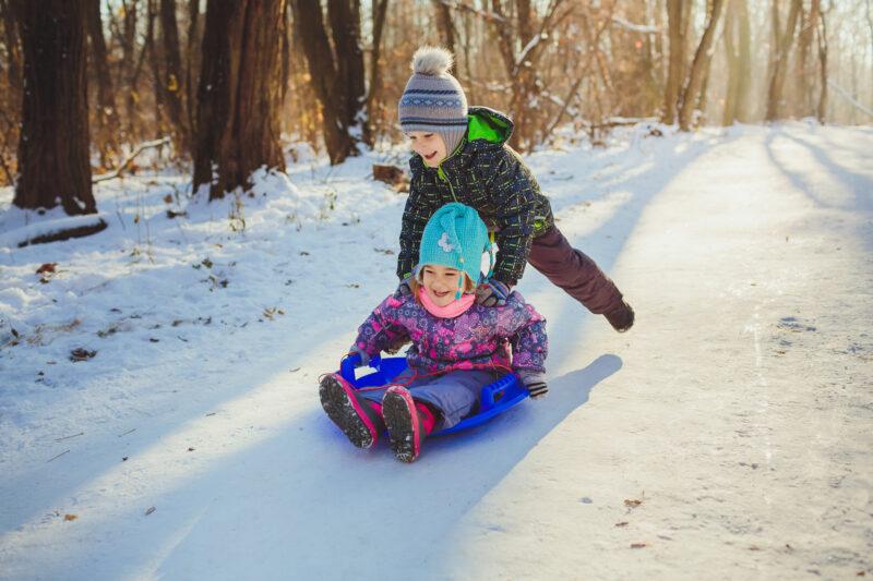 Ślizgi do zjeżdżania z górki dla dzieci – jakie wybrać?